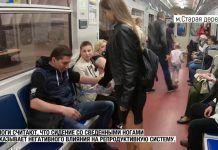 La activista y estudiante rusa Anna Dovgalyuk vertiendo lejía sobre un hombre. YOUTUBE