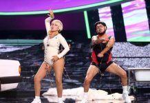 Silvia Abril y José Corbacho cantando 'Cómeme el Donut' en Tu cara me suena 7. Antena 3